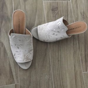 Cream color shoes with embroidery